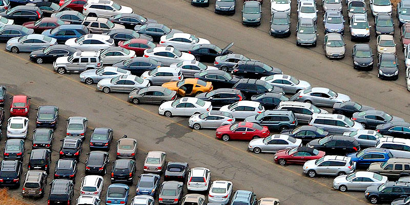 Площадка с автомобилями на аукционе в Америке