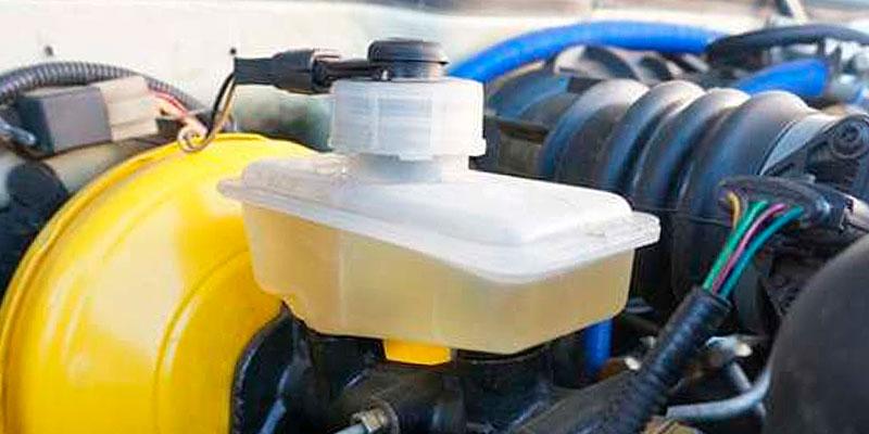 Бачок для тормозной жидкости под капотом