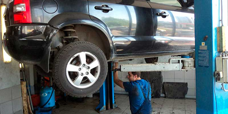 Hyundai Tucson на подъемнике в автосервисе