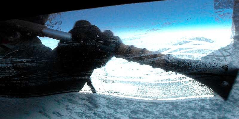 Чистка лобового стекла от наледи